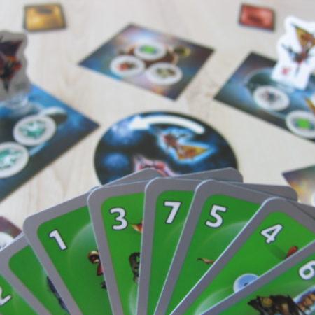 W swojej turze trzeba zagrać 1 kartę