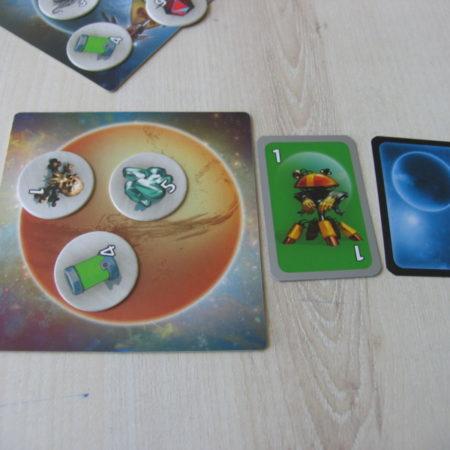Po dołożeniu do planety nowej karty, należy odsłonić najbliższą