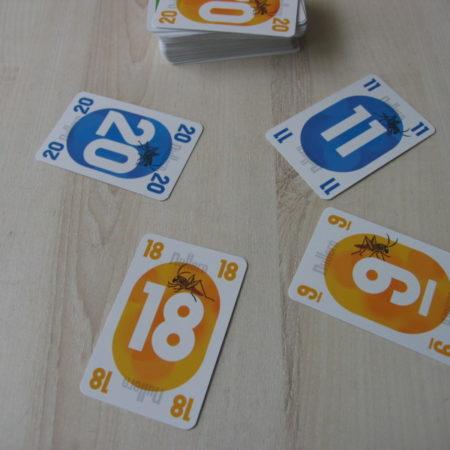 Lewę zbiera gracz z żółtą 18 (atu)